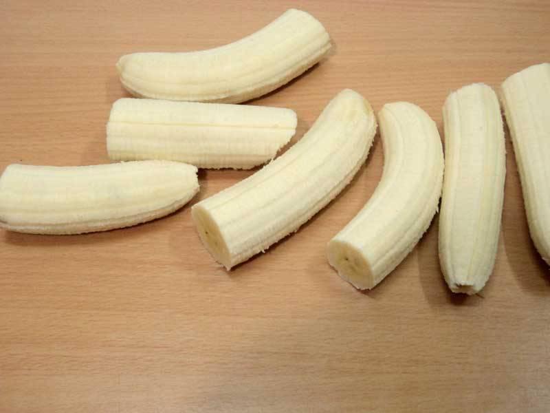 Бананы очищаем от кожуры и разрезаем пополам, удаляя почерневшие места.