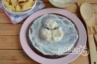 12. Приступите к сборке тортика. С шоколадного бисквита срежьте верх, основу смажьте щедро сметанным кремом. Окунайте кусочки белого и шоколадного бисквита в крем и выкладывайте горкой.