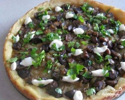 И выпекаем пирог в разогретой до 180 градусов духовке минут 45-50. Подаем к столу, украсив свежей зеленью и капельками постного майонеза.
