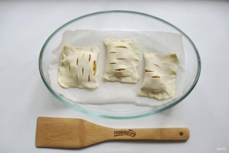 10. Пирожки выложите в форму для выпечки, застеленную пергаментом.