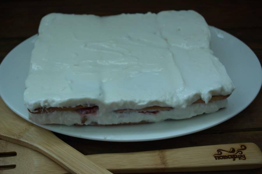 Разровняйте. Поставьте форму с тортом в холодильник или в морозилку. В морозилке торт пробудет 30-40 минут, а в холодильнике до 2 часов.  Спустя время извлеките торт из формы. Удалите пленку. Перенесите торт на блюдо.