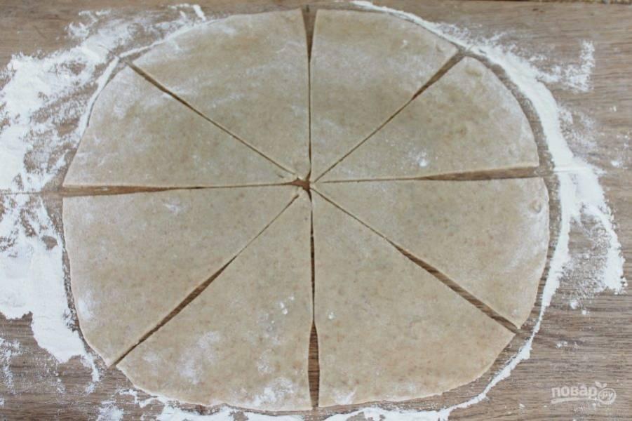Далее, разделяем тесто на 3 части. Каждую часть раскатываем и нарезаем треугольниками, как на фото.