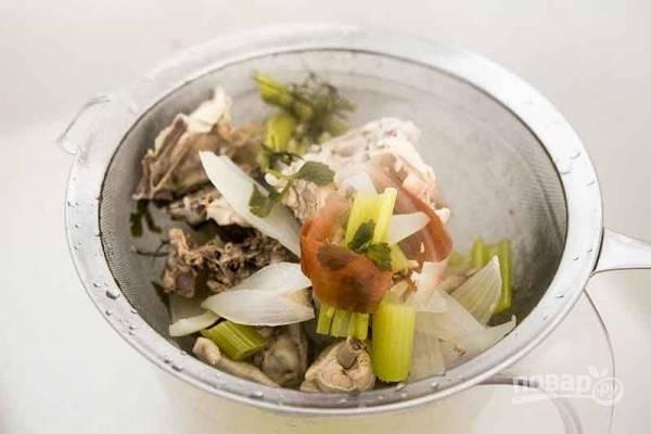 5.Процедите бульон через сито, отделите мясо и овощи.
