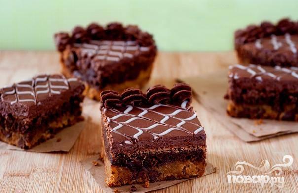 Пирожные с шоколадно-ванильной глазурью