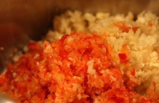 Сладкий перец очищаем от семян и отрезаем место крепления плодоножки, перекручиваем перец через мясорубку или измельчаем в блендере, выкладываем его к остальным овощам.