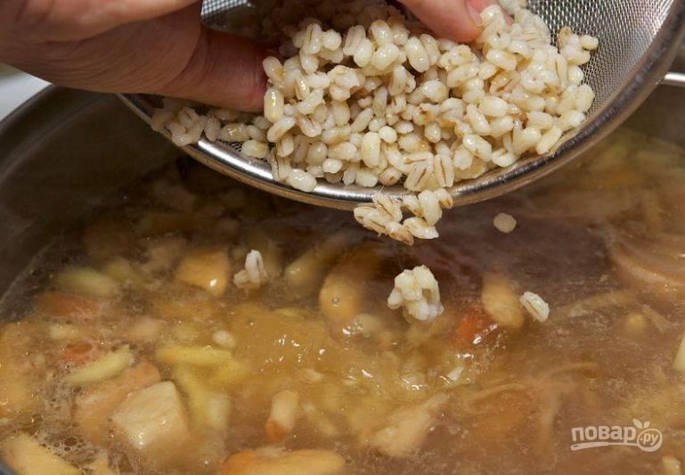 4. Когда картофель будет почти готов, добавьте ранее приготовленную крупу и поджаренные грибы в суп.