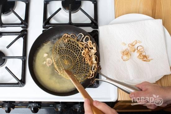5.Протираю сковороду насухо, разогреваю с оливковым маслом, затем обжариваю лук в муке (1 минуту буквально).