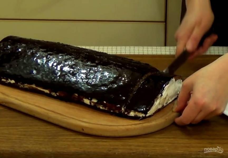 7. Смажьте торт остывшей помадкой и поставьте в холодильник на 2 часа. Приятного аппетита!