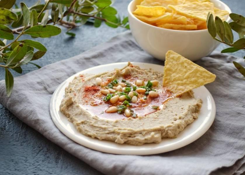 Выложите хумус на тарелку, в центр налейте немного масла, сверху украсьте зеленью, копченой паприкой и кедровыми орехами. Хумус из маша готов, приятного аппетита!