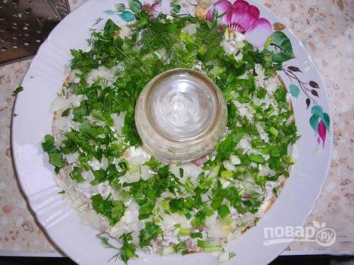 6. Петрушку, зеленый лук и укроп мелко нарежьте, затем добавьте в салат.