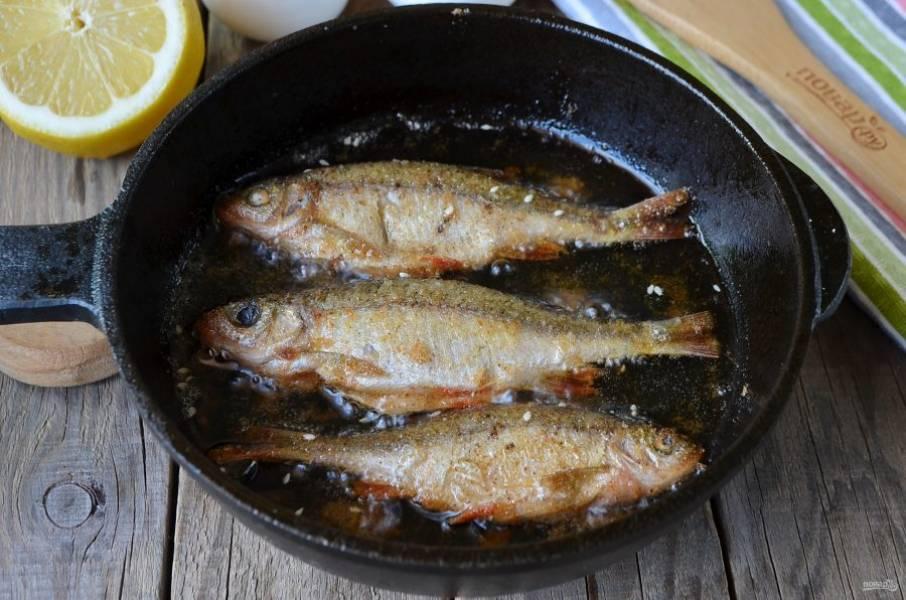 Обжаривайте плотву на среднем огне по паре минут с каждой стороны до золотистой корочки. Мелкая рыбка очень быстро готовится.