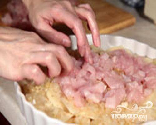 4.Кусочки мяса равномерно раскладываем поверх слоя с луком. Опять поперчить и посолить.