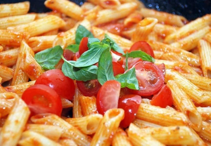 5. Выкладываем на блюдо и украшаем помидорами черри. Соль и специи добавляем по вкусу.