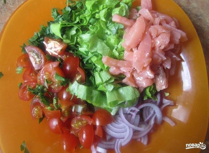 1.Мою все овощи, зелень и вытираю бумажным полотенцем. Листья салата и петрушку мелко нарезаю, помидоры разрезаю на 4 части, а несколько штучек оставляю для украшения. Лук чищу и нарезаю полукольцами, а рыбу нарезаю тонкими кусочками. Все ингредиенты складываю в тарелку.