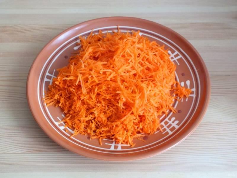 Морковь натрите на мелкой терке.