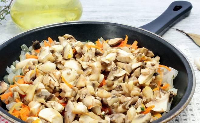 Добавляем порезанные шампиньоны, соль и перец. Готовим, пока не испарится вся жидкость.