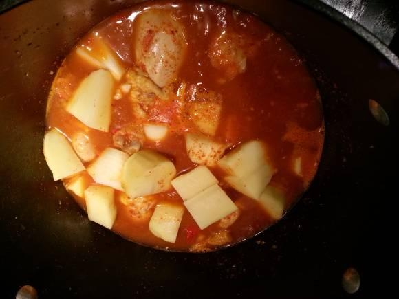 7. Оправьте картофель с луком к курице. Перемешайте. Картофельный крахмал сделает соус более густым.