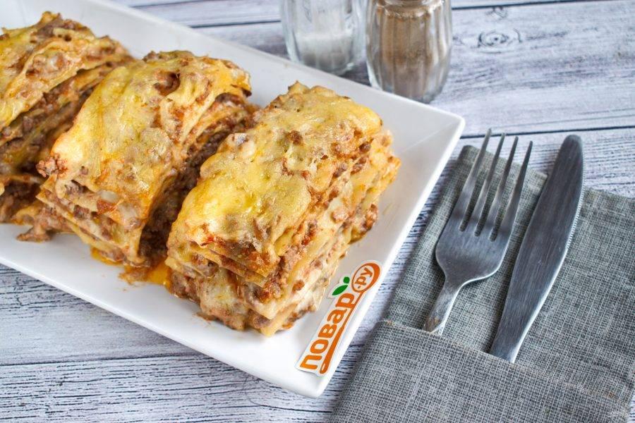Готовую лазанью остудите в течение 10 минут, разрежьте на порционные кусочки. Приятного аппетита!