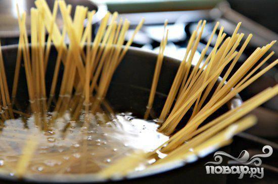 1. В большой кастрюле довести подсоленную воду до кипения. Добавить пасту Лингвини и варить до готовности. Откинуть макароны на дуршлаг и слить воду. Оставить в сторону.