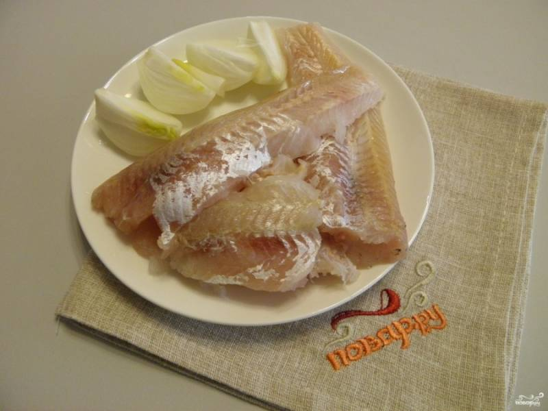 Очистите луковицу от шелухи, вымойте и порежьте её на 4 части для удобства измельчения. Вымойте тщательно рыбное филе. Если вы купили тушки без головы, снимите с них кожу и удалите внутренний хребет.