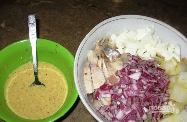 Яйцо отварите вкрутую, отделите белок от желтка. Нарежьте его и очищенный лук мелкими кубиками. Половинку рубленого лука оставьте для украшения. Также приготовьте заправку. Для этого смешайте оливковое масло со сливками, уксусом, сахаром, горчицей.