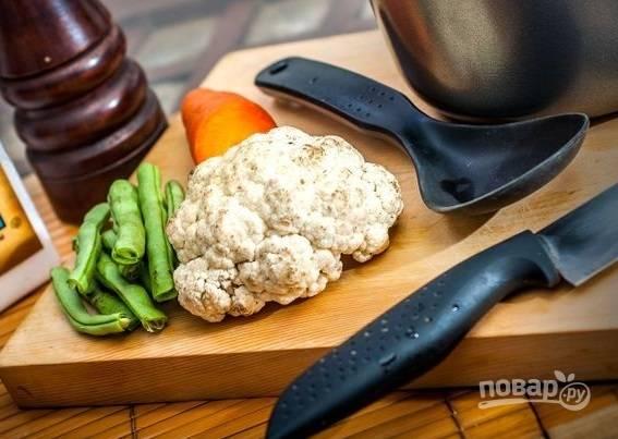 1. Подготовьте любые овощи, которые есть под рукой. Вымойте, обсушите, при необходимости очистите, нарежьте.