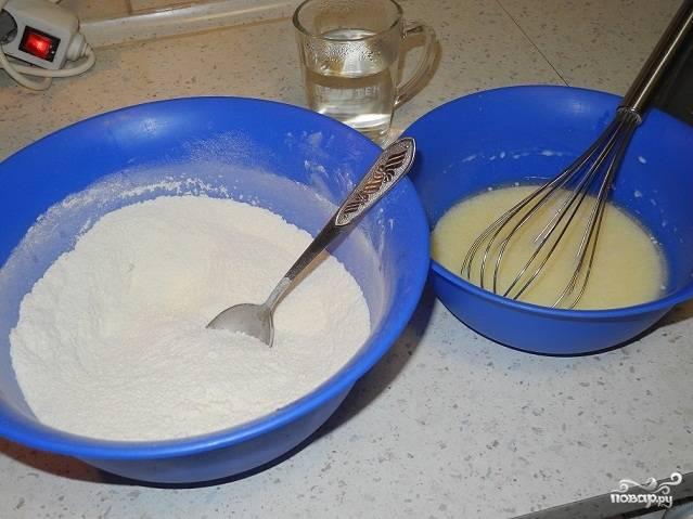 Муку, яйца, масло, сахар, молоко, разрыхлитель ванилин добавьте в милочку и хорошо перемешайте.