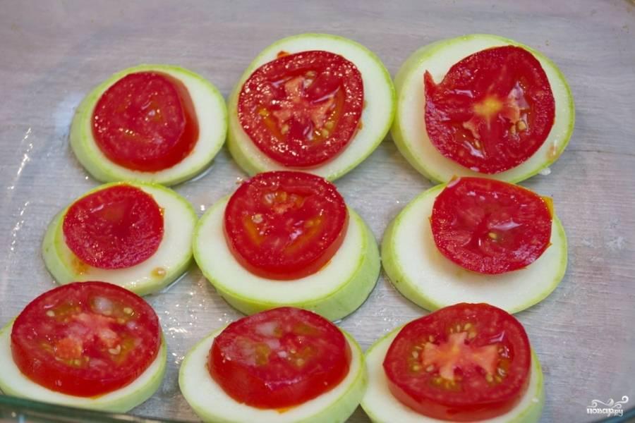 На каждый кабачок уложите кружочек помидора. Лучше подобрать так, чтобы диаметр помидора совпадал с размером кабачка. Блюдо будет эстетичнее и красивее. Здесь тоже можно совсем немного посолить и поперчить, к примеру. Но это вовсе не обязательно.