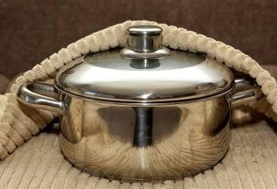 Включите плиту на сильный уровень, доведите воду до кипения и прикрутите плиту на самый маленький уровень. Накройте кастрюлю крышкой и варите гречку в течение 20-25 минут, не снимая крышки. Затем снимите кастрюлю с огня и укутайте ее в несколько слоев кухонного полотенца. Дайте гречке настояться в течение 30 минут.