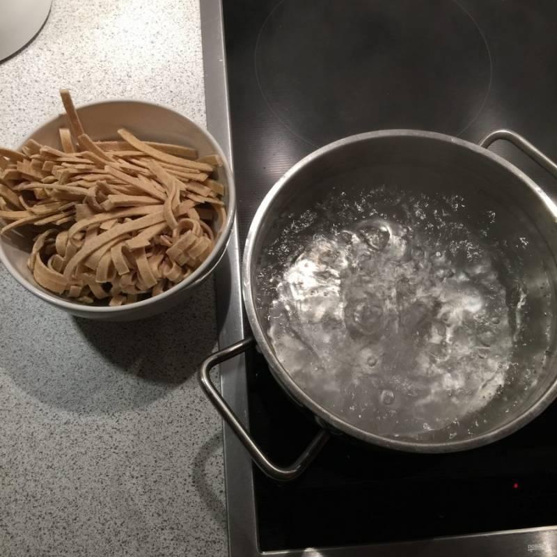 5.Тем временем поставьте на огонь кастрюлю с водой, посолите и отварите в ней макароны до полуготовности.