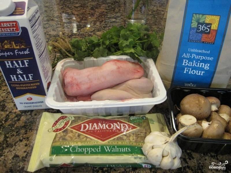 1. Все ингредиенты для этого блюда продаются в любом супермаркете. Язык лучше брать говяжий и его нужно как следует проварить.