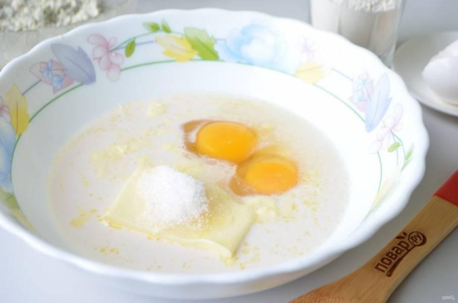 4. Теперь займемся тестом. В миске соедините теплое молоко с дрожжами, растворите последние. Добавьте сахар, масло мягкое, яйца, перемешайте.