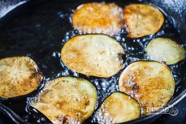 Обжарьте баклажан в разогретом масле с обеих сторон до золотистой корочки.