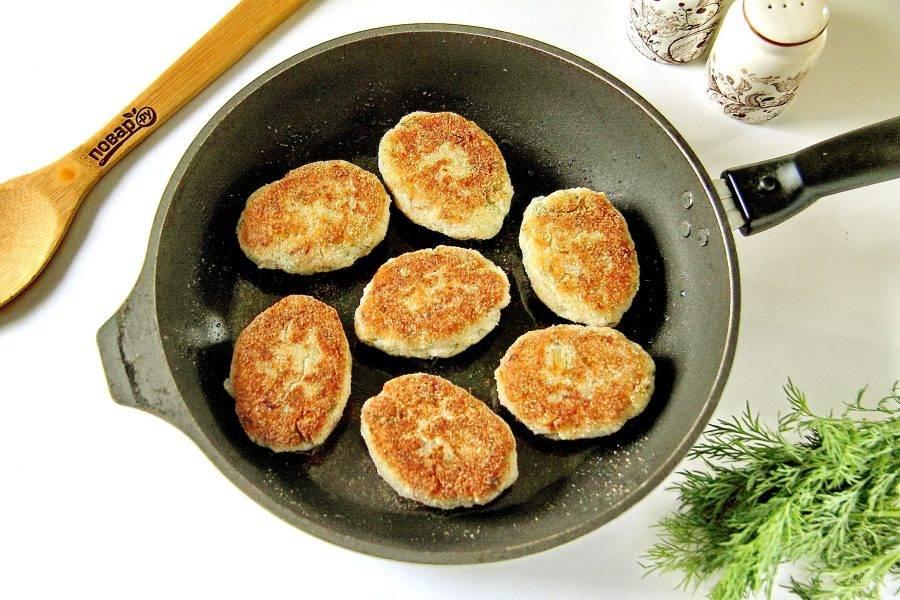 Выложите котлеты на хорошо разогретую сковороду с растительным маслом и обжарьте с двух сторон примерно по 3 минуты до румяности.