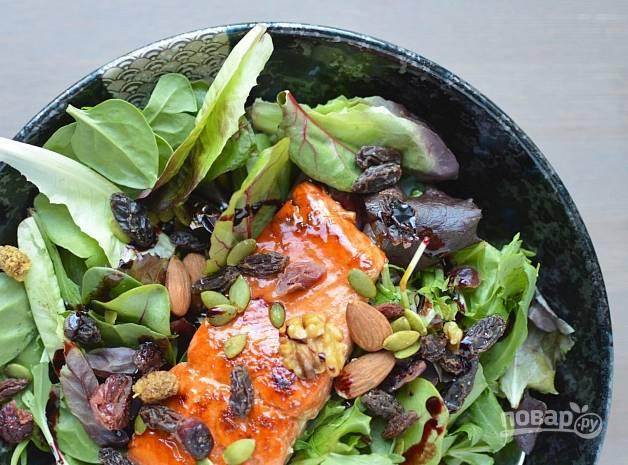 3. Затем филе лосося выложите на салат. Посыпьте рыбу сверху смесью из орехов и семян. Приятного аппетита!