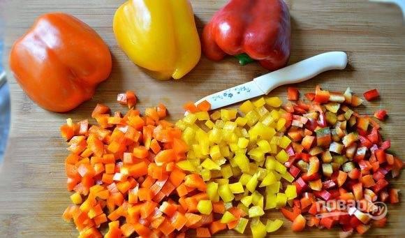 Промытый перец нарежьте мелкими кубиками.