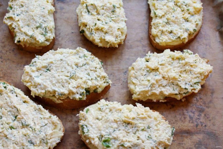 Выложите бутерброды на противень застеленный бумагой для выпечки и смазанную маслом.