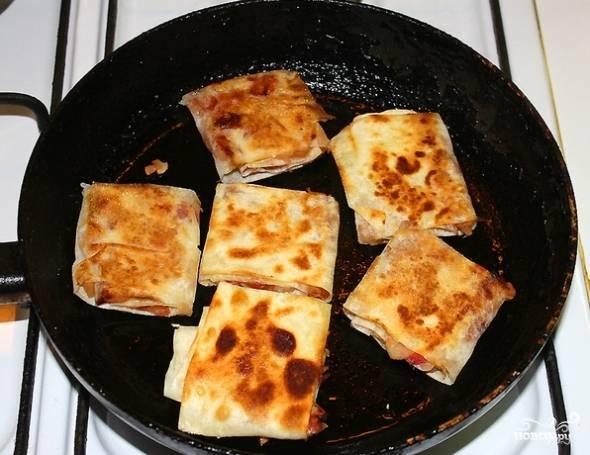 6. И обжарьте на сковороде с небольшим количеством сливочного масла. Вот и весь секрет, как приготовить яблочный штрудель из лаваша. Перед подачей присыпьте его сахарной пудрой или дополните мороженым.