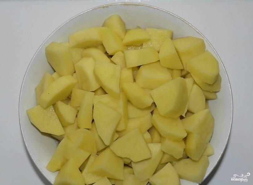 Пока пассеруются овощи, займусь картофелем. Нужно его помыть, почистить и еще раз промыть. Нарезаю картошку суповыми кубиками. Кладу ее в холодную воду в ожидании своей очереди. Обязательно нужно промыть курицу. Целую в суп я не положу, это много. Достаточно пары бедрышек.