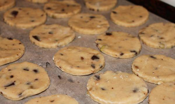10. Печенье выложить на пергамент или противень и отправить в разогретую духовку на 10-13 минут.