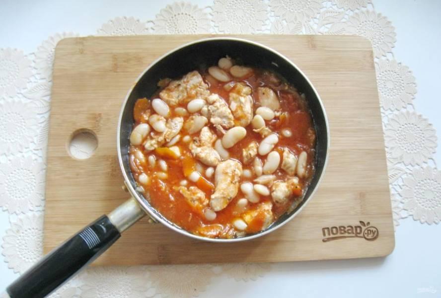 Перемешайте все ингредиенты косуле и тушите еще 5-6 минут.