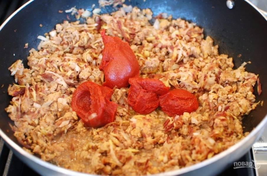 4.Добавьте к фаршу томатную пасту, перемешайте.