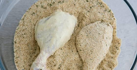 5. Обваливаем каждую голень сразу в яйце, а затем в сухарях. После этого можно их отправлять жариться на сковороду. Жарим до готовности и лучше всего использовать фритюр.
