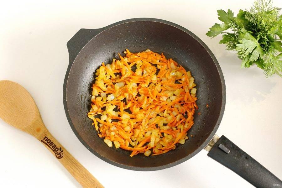 Примерно за 10 минут добавьте обжаренный лук с морковью.