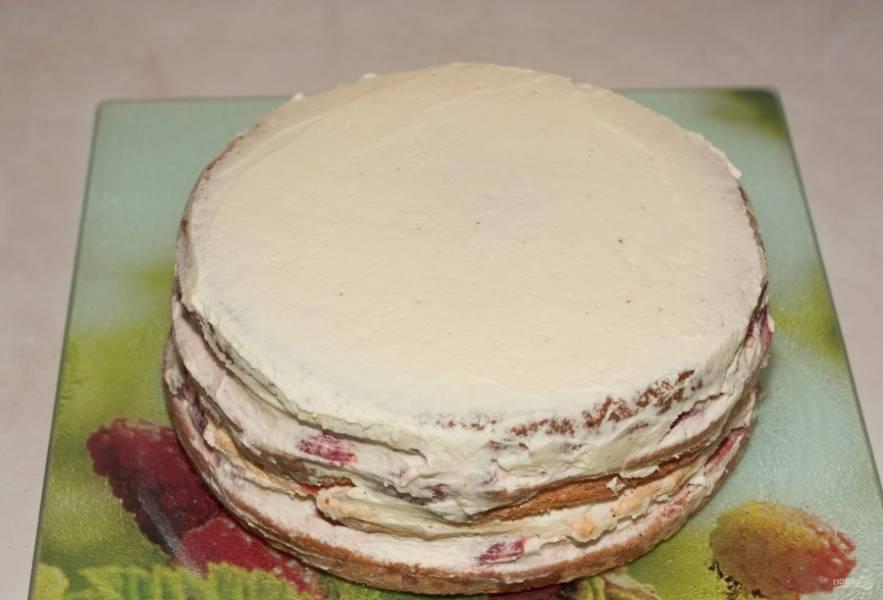 Закройте торт третьим коржом. Оставшимся кремом разровняйте бока и верх выпечки.