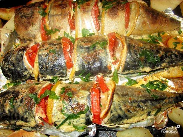 Ставим противень с рыбой  в нагретую до 180 градусов духовку минут на 35-40. Чтобы получить приятную золотистую корочку - минут за 5-10 до конца готовки раскройте верхний слой фольги. Когда рыбка подрумянится - доставайте блюдо из духовки и наслаждайтесь вкусным и нежным деликатесом!