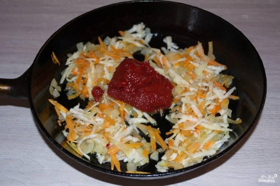 Добавьте томатную пасту. Влейте немного воды, тушите овощи в сковороде под крышкой около 10 минут.