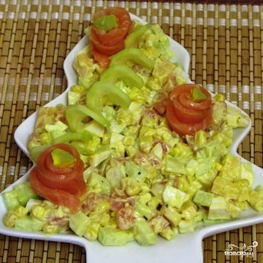 Выкладываем салат на красивое блюдо, украшаем тонкими ломтиками семги. Салат с семгой соленой готов!