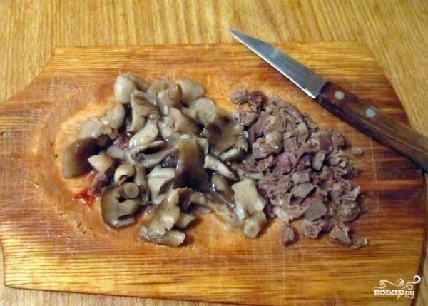 1.Для приготовления начинки грибы, кусочки курицы и кусочки колбасы нарезаем мелко.