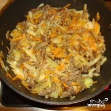 3.Овощи промыть и почистить. Морковь натереть на крупной терке. Лук репчатый нарезать полукольцами.  Овощи положить в мясо и обжарить все вместе.